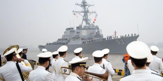Foto de archivo del destructor de misiles estadounidense USS Stethem entrando en el puerto militar de Shanghai.
