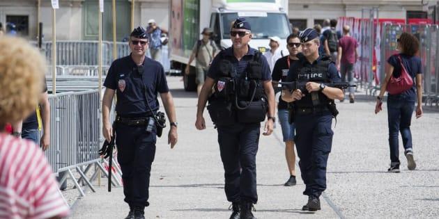 Varios policías patrullan por la ciudad francesa de Nimes, donde ha comenzado la Vuelta a España.