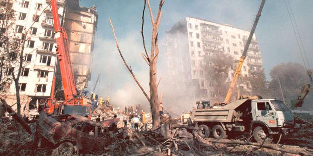 Une explosion détruisit un immeuble à Moscou, le 9 septembre 1999. Le maire Yuri Luzhkov avait déclaré que cette explosion, qui avait fait 60 morts, était une attaque terroriste.