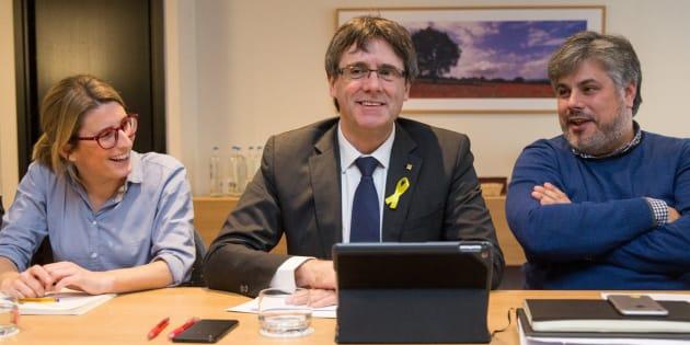 El expresidente Carles Puigdemont con la directora de campaña de Junts per Catalunya, Elsa Artadi, y el diputado electo de JxCat Albert Batet.