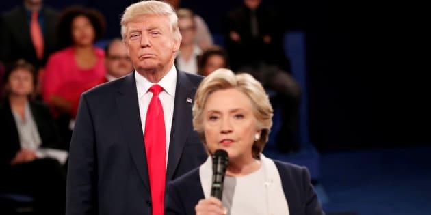 Uno de los momentos más comentados del segundo debate presidencial, al que se refiere Clinton en su libro.