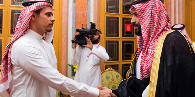 Salah Khashoggi serre la main du prince héritier Mohammed ben Salmane au palais royal de Ryad, le 23 octobre.