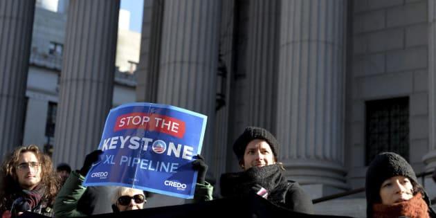 Varias personas protestan contra la construcción del oleoducto Keystone XK, en Nueva York