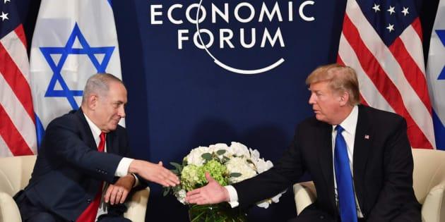 Trump y Netanyahu estrechan la mano en Davos.