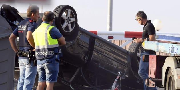 Policías junto al Audi A3 con el que cinco terroristas irrumpieron en Cambrils.