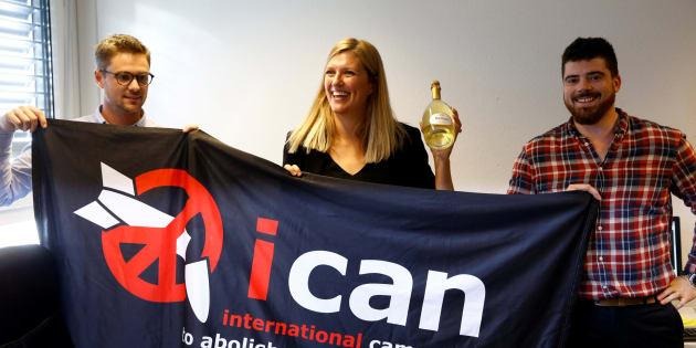 Miembros de ICAN, entre ellos la directora Ejecutiva, celebran el Nobel de la Paz 2017.