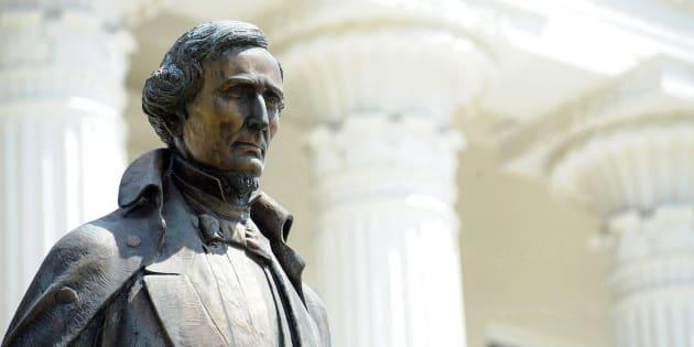 Une statue du président confédéré Jefferson Davis sur le terrain du Capitole d'Alabama à Montgomery en Alabama.