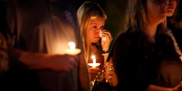 Una mujer se seca las lágrimas durante una misa en homenaje a las víctimas del tiroteo en Las Vegas, Nevada (EE UU), el 5 de octubre de 2017.