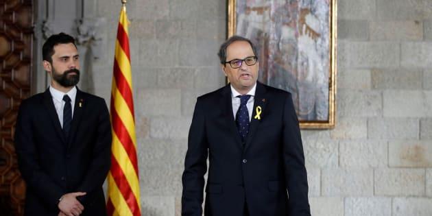 Quim Torra (d), acompañado por el presidente del Parlament, Roger Torrent (i), toma posesión de su cargo como presidente de la Generalitat el 17 de mayo.