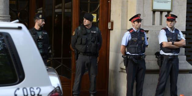Agentes de la Guardia Civil y de los Mossos