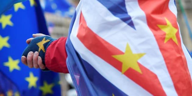 Un hombre con las banderas de Reino Unido y la UE mezcladas.