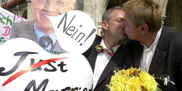 La pareja gay formada por Dietmar Holzapfel y Josef Scattler se besa durante una protesta en la Marienplatz de Munich para reivindicar la igualdad de derechos con las parejas heterosexuales.