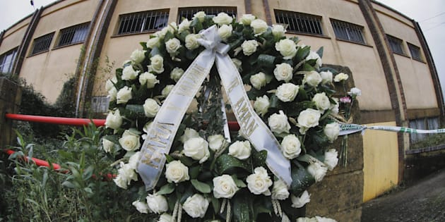 """Una corona de flores con la inscripción, """"Mamá y Valeria te aman"""", se ha colocado esta mañana en el altar improvisado ante la nave donde fue hallado el cuerpo sin vida de Diana Quer, en el lugar de Asados, en Rianxo (A Coruña)"""