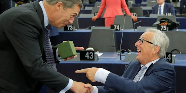 El defensor del Brexit Nigel Farage hace un regalo al presidente de la Comisión Europea, Jean-Claude Juncker.
