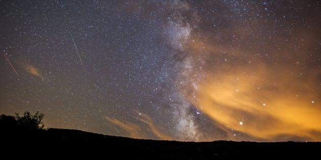 Una perseida o Lágrima de San Lorenzo atraviesa el cielo junto a la Vía Láctea.
