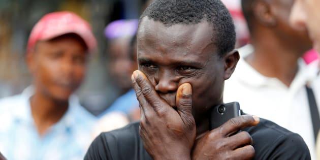 Un hombre llora ante la tragedia de Sierra Leona.
