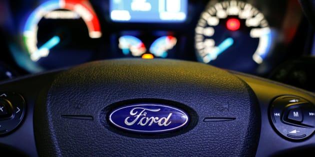 Imagen de archivo de un volante de un coche de la marca Ford.