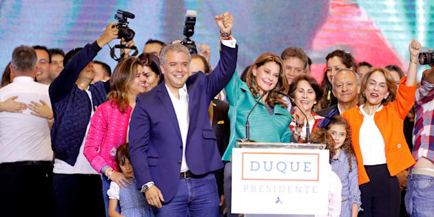 Iván duque, en primer plano, celebra en Bogotá su elección como presidente.