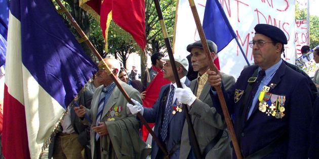 Un rassemblement de familles de harkis aux Invalides en septembre 2001.