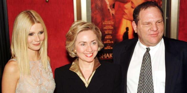 """Gwyneth Paltrow témoigne aujourd'hui. Elle pose ici aux côtés d'Hillary Clinton et du producteur Harvey Weinstein pour la première de """"Shakespeare in Love"""" à la fin des années 1990."""