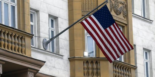 Vista de la bandera estadounidense en el edificio de la embajada del país en Moscú (Rusia).