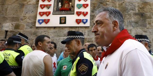 El alcalde de Pamplona Joseba Asirón y el Jefe de la Policía Municipal realizan el recorrido a pie del encierro antes de comenzar el primero de estos Sanfermines 2017 que han protagonizado los toros de Cebada Gago. EFE