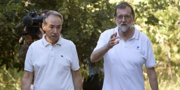 El presidente del Gobierno, Mariano Rajoy,  acompañado por el presidente de la Autoridad Portuaria de Marín, José Benito Suárez, durante su paseo por las orillas del río Umia, a su paso por la localidad de Ponte Arnelas, en Ribadumia (Pontevedra), en el inicio de sus vacaciones.