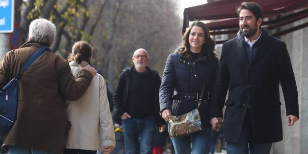 La cabeza de lista de Ciudadanos, Inés Arrimadas, junto a su marido, Xavier Cima, pasea por el barrio de Les Corts de Barcelona durante la jornada de reflexión de las elecciones catalanas/ EFE