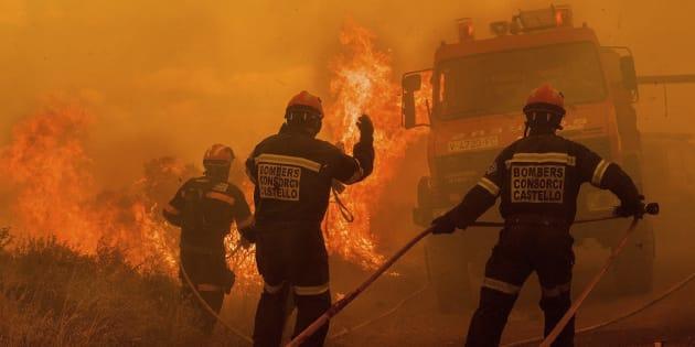 Fotografía cedida por Consorcio Provincial de Bomberos de Castellón del incendio forestal que se inició ayer.