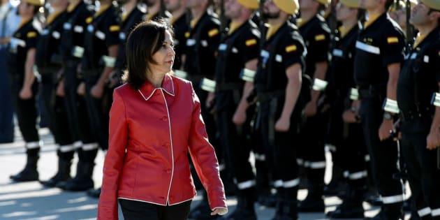 La ministra de Defensa, Margarita Robles, pasa revista durante la visita a la Unidad Militar de Emergencias, el pasado miércoles.