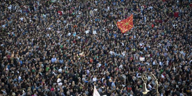 """Miles de personas se manifiestan en Pamplona pidiendo """"justicia"""" para los ocho jóvenes de Alsasua."""