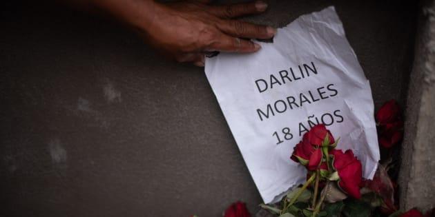Un encargado de los cortejos fúnebres muestra un papel con el nombre y la edad de una de las víctimas.