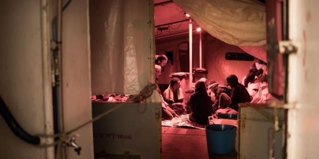 Fotografía cedida por la ONG Sea-Watch que muestra a inmigrantes a bordo del buque Sea Watch 3.