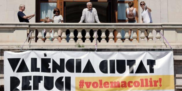 """El alcalde de Valencia, Joan Ribó, durante la colocación de una gran pancarta con el lema """"Valencia, ciudad refugio"""" en el Ayuntamiento."""
