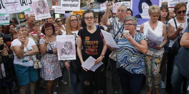 Beatriz Benavides, activista feminista y militante PSOE, lee un manifiesto durante la concentración en apoyo de Juana Rivas en Madrid.