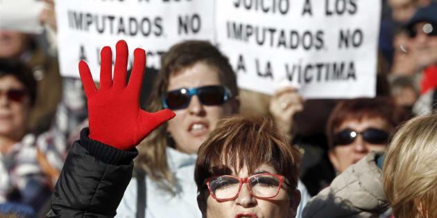 """Concentración ante el Palacio de Justicia de Navarra con el lema """"ïNosotras te creemos!""""."""