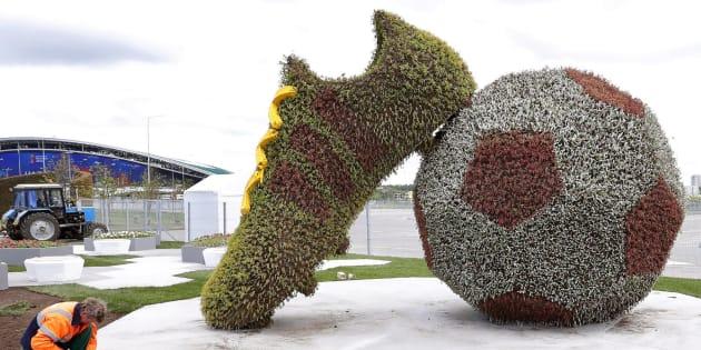 Trabajadores ultiman una decoración floral para el Mundial.