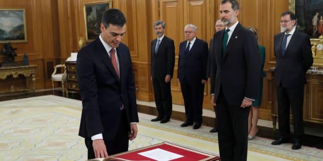 Pedro Sánchez promete ante el rey su cargo como presidente.
