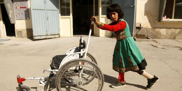 Una niña camina con una pierna protésica en un centro de la Cruz Roja en Kabul (Afganistán).