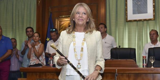 La nueva alcaldesa de Marbella, Ángeles Muñoz, con el bastón de mando de la ciudad, tras jurar su cargo.