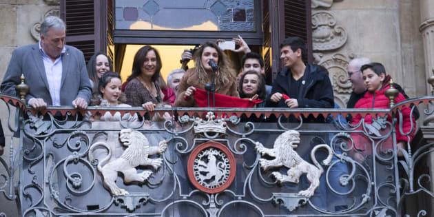 Amaia Romero y Alfred García, en el balcón del Ayuntamiento de Pamplona.