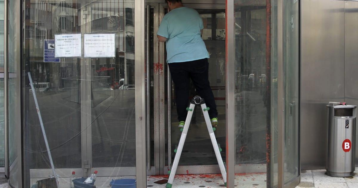 Ataque con pintura roja a la agencia vasca de turismo - Agencia de viajes diana garzon ...