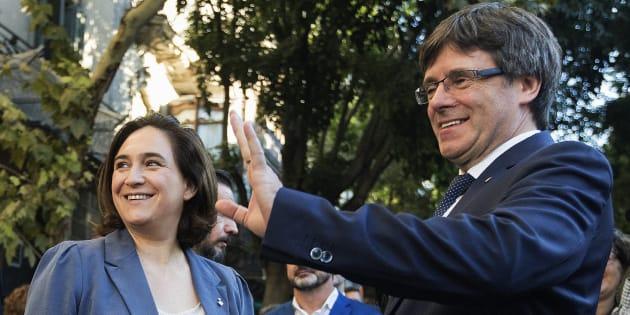 El presidente de la Generalitat, Carles Puigdemont, junto a la alcaldesa de Barcelona, Ada Colau.