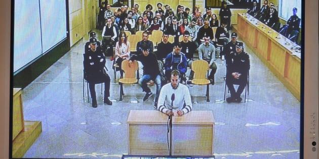 Foto de una pantalla que retransmite el primer día del juicio por la agresión de Alsasua.