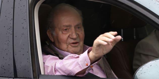 El rey Juan Carlos, a la salida de un centro médico tras una operación de rodilla, en 2011.