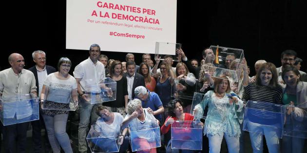"""Los diputados de Junts Pel Si, posan con las urnas tras el acto celebrado en el Teatre Nacional de Cataluña titulado """"Garantías para la democracia: Por un referéndum legal, efectivo y vinculante""""."""