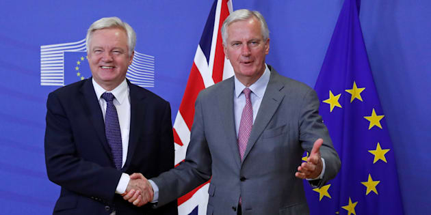 El negociador británico para el Brexit, David Davis (izquierda), saluda a su homólogo europeo, Michel Barnier.