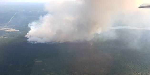 Una enorme columna de humo se eleva desde 100 Mile House, en la Columbia Británica de Canadá.