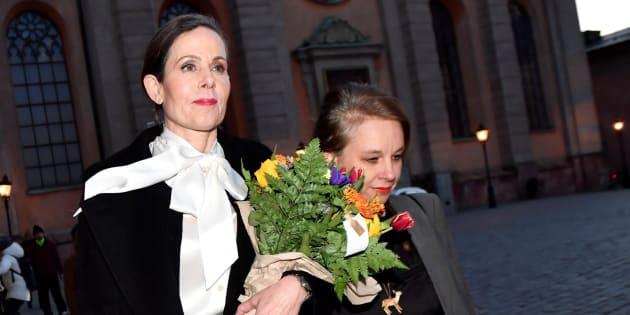 La secretaria permanente de la Academia Sueca, Sara Danius y la miembro de la Academia Sara Stridsberg salen de una reunión en Estocolmo (Suecia).