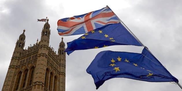 Banderas de la UE y Reino Unido frente al Parlamento británico.